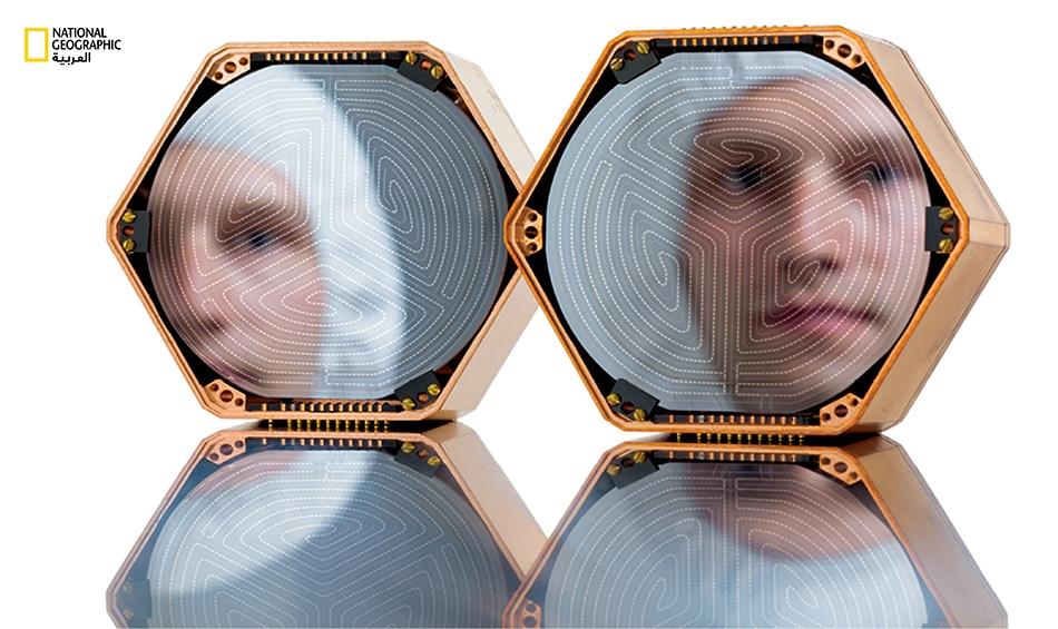 في غرفة مُعقَّمة نظيفة بجامعة ستانفورد، يعاين الباحث المساعد، جون مارك كريكباوم، أقراص سيلكون من شأنها يوماً ما أن تسجل الإشارة الدقيقة لطاقة جزيئات المادة المظلمة التي يُعتقد أنها موجودة في كل مكان، لكنها لم تُرصد بعد. ولحماية الأقراص من صخب الأشعة...