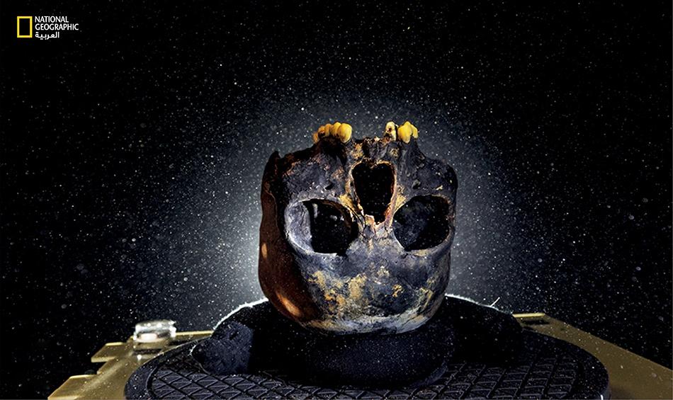اكتُشفت هذه الجمجمة في كهف تحت الماء بالمكسيك، وتعود لفتاة شابة. وُضعت الجمجمة رأسا على عقب للحفاظ على الأسنان في مكانها الأصلي، ويقول عنها العلماء إنها أظهرت للعالم وجه سكان أميركا الأولين.