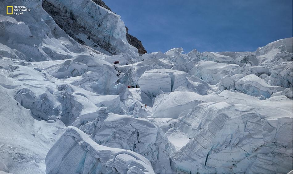 18 أبريل 2014 يحفر عمال إنقاذ في منطقة انحدار كومبو الجليدي بحثاً عن ناجين أو جثث قتلى وسط كتل من الجليد بأحجام المنازل الضخمة، وذلك بعد مضي نحو ثلاث ساعات على الانهيار الجليدي.