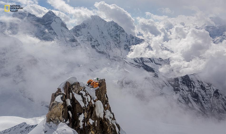 يلفّ دا نورو وهو من الشيربا) حبلاً لدى المخيّم الثاني الذي يجثم على جبل آما دابلام كما لو كان عشّ طائر رائع على ارتفاع 5975 متراً عن سطح البحر.