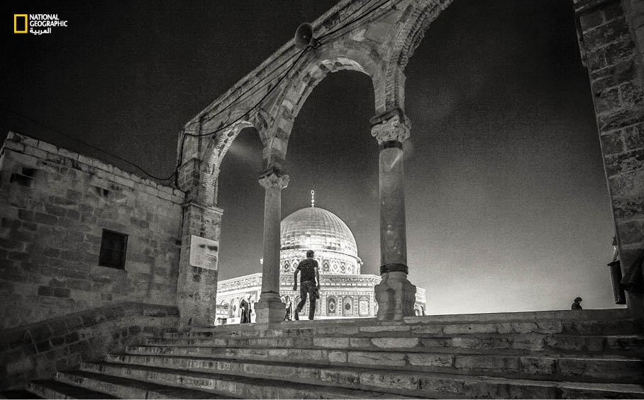 بهيبته المنيرة، يتوج مسجد قبة الصخرة -التحفة المعمارية التي بناها عبد الملك بن مروان- المشهد في القدس القديمة فوق الدرجات المؤدية إلى ساحته.