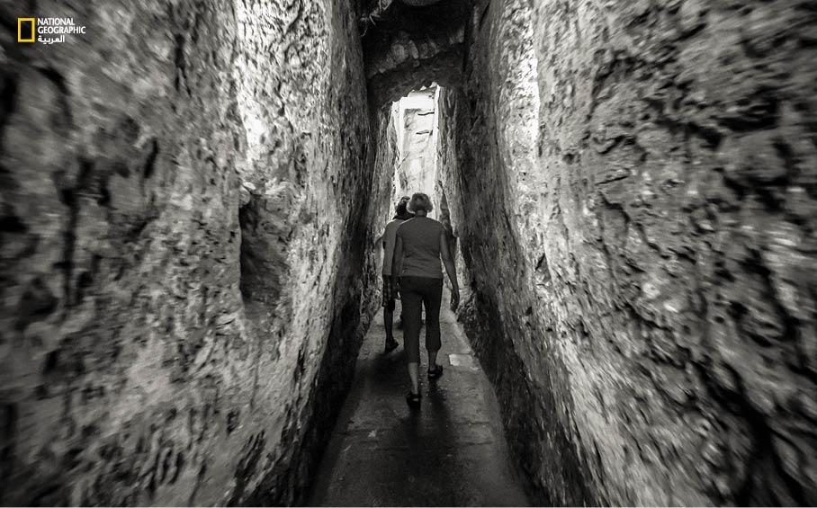 سياح في جولة داخل نفق يمتد حوالى 500 متر أسفل المسجد الأقصى ويمر بمحاذاة حائط البراق. خلال الجولة يروي المرشدون للزوار حكايات عن تعاقب الممالك والحضارات في هذا المكان المقدس.