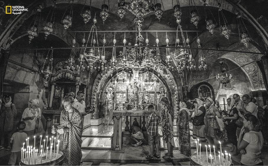 يصطف الحجاج المسيحيون قرب مذبح الجلجلة داخل كنيسة القيامة، للمس حجر القاعدة حيث وُضع الصليب الذي يعتقد المسيحيون أن السيد المسيح صلب عليه، ويضيئون الشموع تقرباً إلى الله وطلباً للمغفرة.