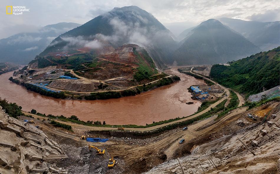 """الصين عندما التُقطت هذه الصورة في عام 2012، كانت أشغال بناء سد """"مياوي"""" قد تقدمت بصورة كبيرة. سيصبح هذا السد عند الانتهاء من بنائه في العام المقبل ثامن سد يُقام على نهر لانكانغ، وهو الاسم الذي تطلقه الصين على شطر نهر الميكونغ الممتد داخلها على مسافة..."""