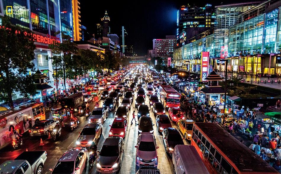 """تايلاند بات التعطش المتزايد للكهرباء في تايلاند عامل تحفيز على تشييد السدود في الحوض السفلي لنهر الميكونغ في لاوس وكمبوديا. يضم مركز """"سنترال وورلد"""" في بانكوك (يمين) نحو 500 متجر، وفندقاً واحداً وحلبة للتزلج على الجليد."""