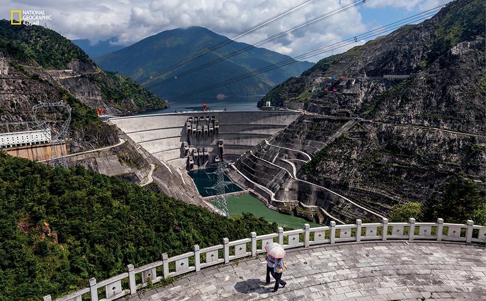 """الصين يبلغ طول سد """"كسايوان"""" 292 متراً (سادس أطول سد في العالم) ويوفر الكهرباء للمدن والمشروعات الصناعية التي توجد على ساحل الصين الجنوبي المزدهر. لكن هذا السد الذي تم تشييده في عام 2010 قد أدى إلى نزوح أكثر من 38000 شخص."""