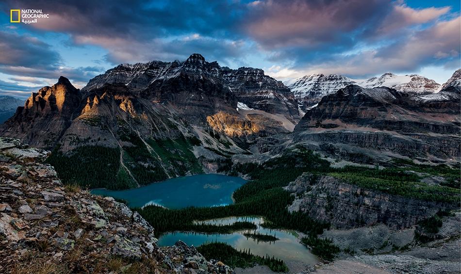 """تقبع """"بحيرة أوهارا"""" في كنف جبال الروكي الكندية على ارتفاع يتجاوز 2000 متر """"مثل زمردة في طاسة جبلية"""" وفقا لوصف عالم الحفريات، شارلز والكوت، عام 1911. وقد رسم هذا المشهدَ المُسمَّى """"All Souls Prospects"""" (أفق كل الأرواح) أجيالٌ وأجيال من الفنانين."""