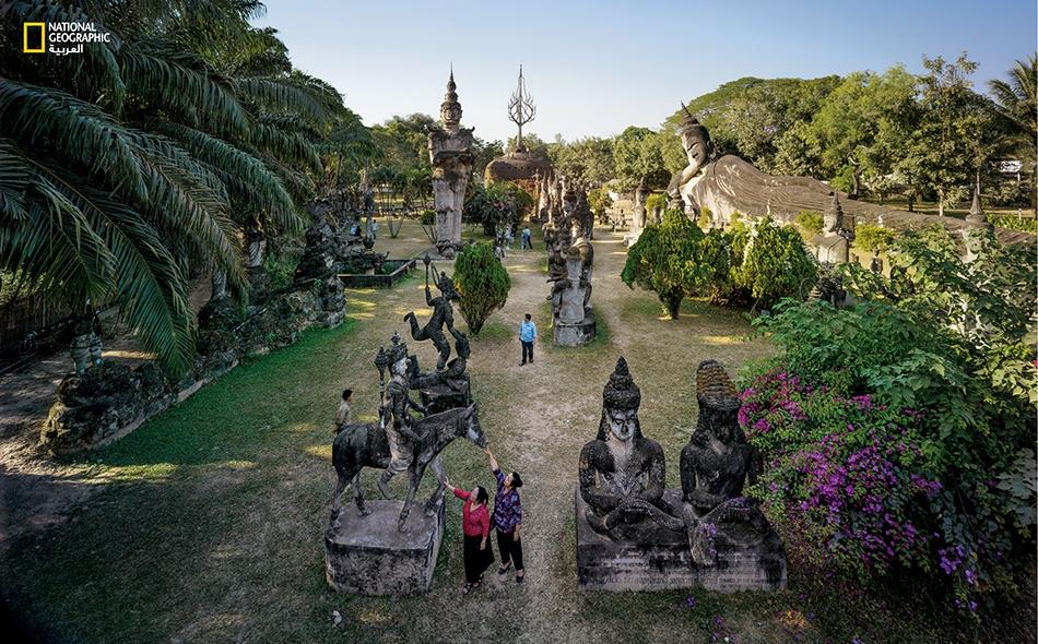 """لم تمسّ الحرب """"منتزه بوذا""""، وهي حديقة منحوتات تضم تماثيل بوذية وهندوسية تقع قرب العاصمة فيينتيان. تساهم مداخيل السياحة في دعم الاقتصاد المتنامي للبلاد."""