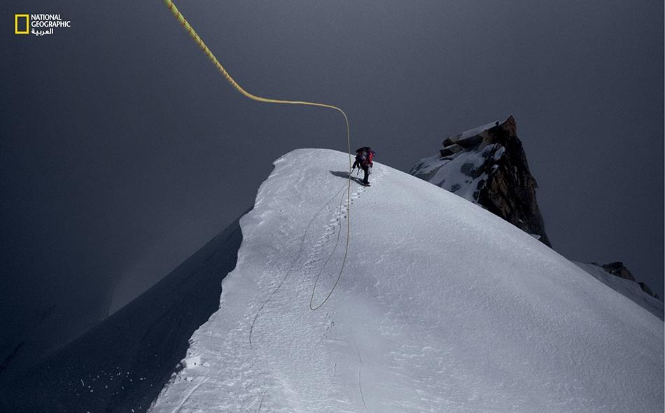 يتأرجح حبل التسلق بقوة، بفعل الرياح شديدة البرودة، بينما يصعد كوري ريتشاردز ثلمة مفتوحة خلال محاولة لتسلق جبل كاكوبو رازي، الذي يُقال إنه أعلى جبال جنوب شرق آسيا. رنان أوزترك
