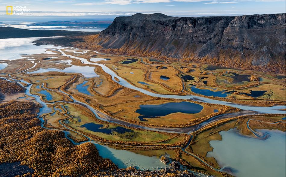 """جداول متفرعة عن نهر """"رابا"""" تجري إلى الأسفل من منحدرات """"منتزه سارك الوطني""""، وهو واحد من المحميات الطبيعية الست التي تُشكل منطقة لابونيا في السويد، والمُدرجة على قائمة التراث الإنساني العالمي لمنظمة """"اليونيسكو"""". أورسوليا هاربرغ"""