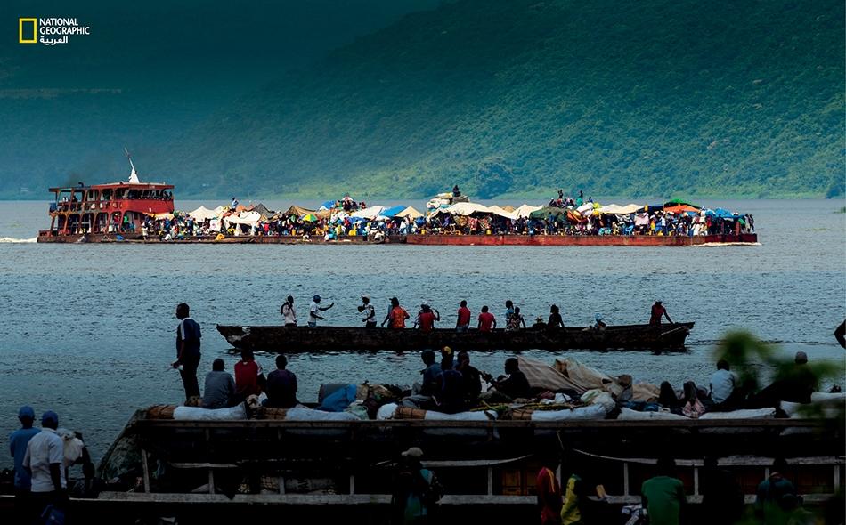 كانت المراكب الحكومية العامة المجهّزة بمهاجع كبيرة تمخر نهر الكونغو إلى أن أهملتها حكومة جمهورية الكونغو الديمقراطية فأصابها العطب. أما اليوم فإن جل مراكب النهر هي من الصنادل (كالمثال الظاهر في أعلى الصورة) والزوارق الخشبية (كذاك الظاهر في الوسط).