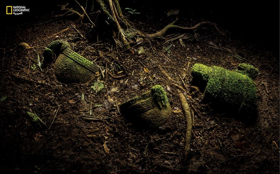 اكتشف علماء الآثار وسط البقايا الأثرية خبيئةً من القطع الحجرية يُرجَّح أنها تُركت في ذلك المكان على سبيل العطية أو القربان. تشمل تلك اللقى جِراراً مزخرفة بصور النسور والثعابين.
