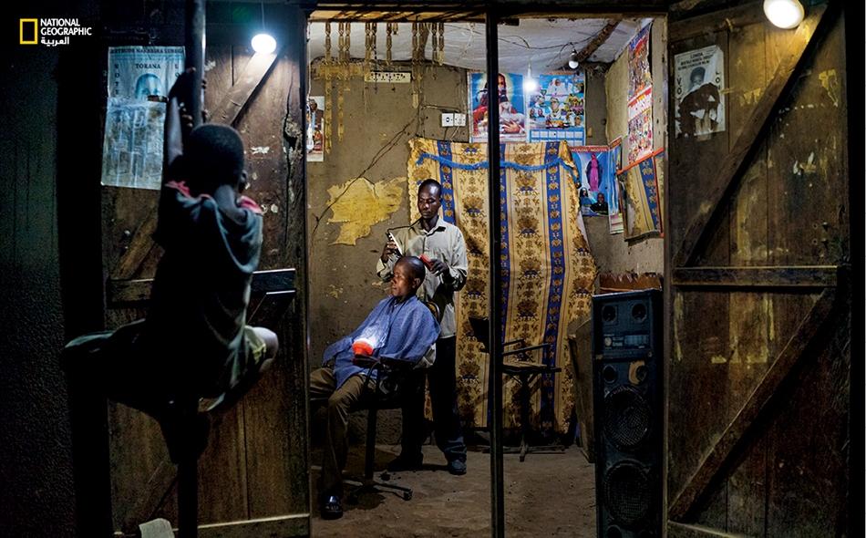 """تُعد الكهرباء سلعة فاخرة ونادرة في أوغندا. شرع """"دينيس أوكيرور"""" ذو الثلاثين سنة في استخدام أضواء الطاقة الشمسية في صالون الحلاقة الذي يمتلكه في """"كايونغا"""" منذ سنتين. يقول إن جل زبائنه يفضلون الحلاقة مساءً."""