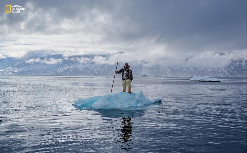 """يرى """"ألبرت لوكاسن"""" أن الوضع تغير في غرينلاند مع بداية انحسار الجليد عنها. ينتمي هذا الرجل الستيني إلى شعب """"الإنويت""""، ويتذكر أيام شبابه حين كان يصطاد الحيوانات البرية بالزلاجة المجرورة بالكلاب، في موسم الصيد، الذي كان يستمر حتى شهر يونيو في جليد """"مضيق..."""