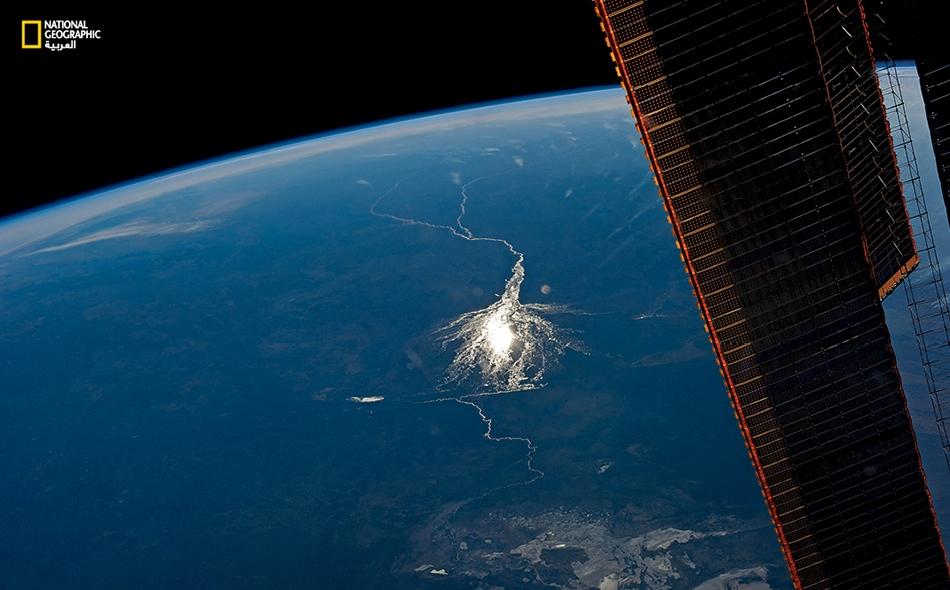 """مياه الفيضانات السنوية تغمر """"دلتا أوكافانجو"""" وهي واحة داخلية في بوتسوانا. التقطت هذه الصورة من محطة الفضاء الدولية. تبين الصور الملتقطة من ارتفاع شاهق -وما بُني عليها من خرائط- ما خفي من تفاصيل تحول كوكب الأرض."""