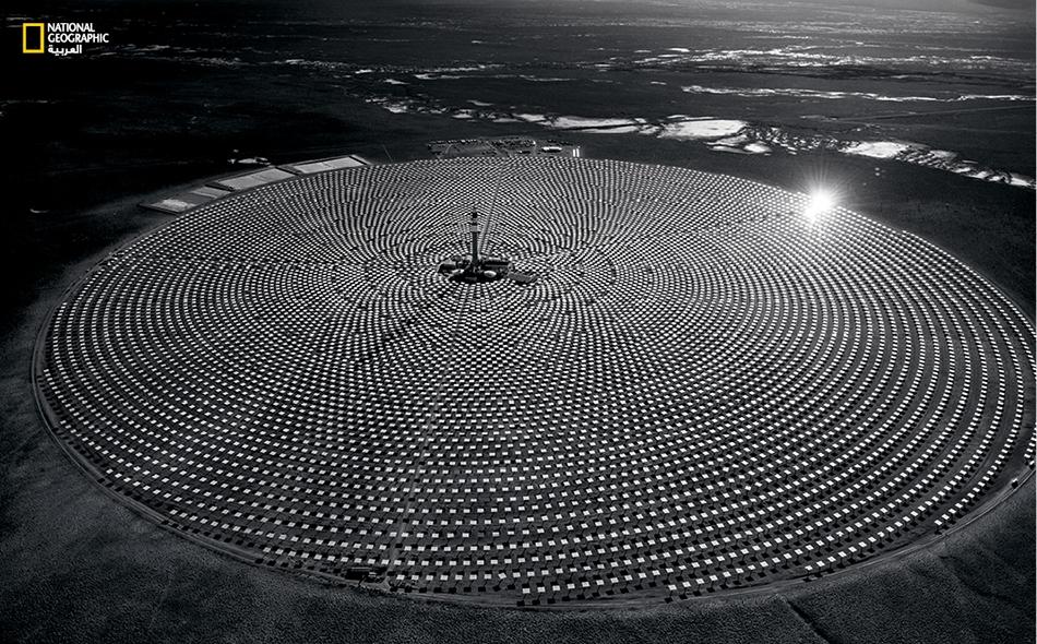 تقنية شمسية جديدة بدأ تشغيل منشأة الطاقة الشمسية (Crescent Dunes) هذا العام في شمال غرب لاس فيغاس، وهي تشتمل على أكثر من 10 آلاف مرآة لتركيز ضوء الشمس وتسخين الملح السائل. يُستخدم السائل نهاراً أو ليلاً لتوليد الكهرباء. جيمي ستيلينغز