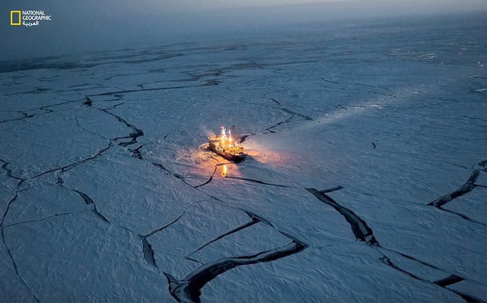 على مرّ خمسة أشهر من عام 2015، خاضت سفينة الأبحاث النرويجية (Lance) رحلة قل نظيرها، من الشتاء القطبي وحتى ربيعه؛ إذ ظلت تنساق مع الأطواف الجليدية طوال مسارها.. أما الهدف فهو تعقب تغيرات الجليد البحري بالمنطقة. في أواخر شهر فبراير تلوح في السماء تباشير...