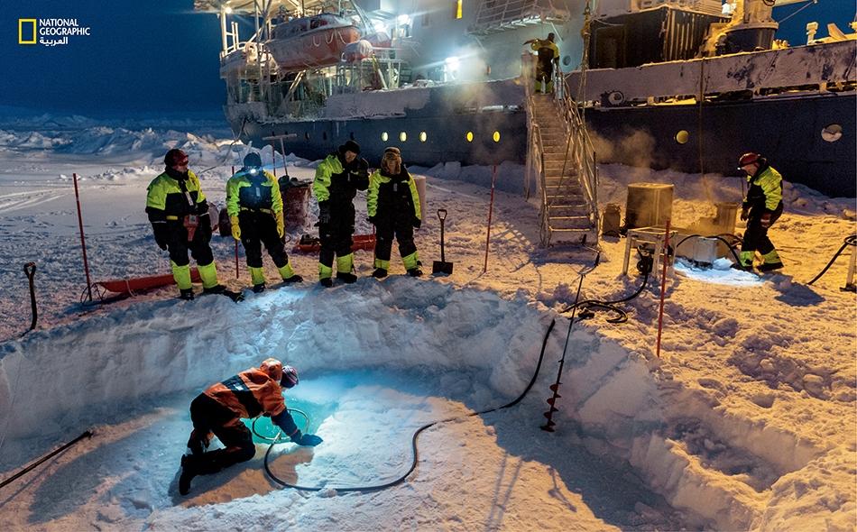 في مطلع شهر مارس، أذاب علماءٌ من السفينة (Lance) رقعة جليد لإحداث حفرة فيها بعدما جرفوا من فوقها ركاما من الثلج بسمك متر واحد؛ والهدف: جمع عينات من العوالق والمياه. يَجري جلّ العمل الميداني بالمنطقة القطبية الشمالية بين فصل الربيع والخريف.