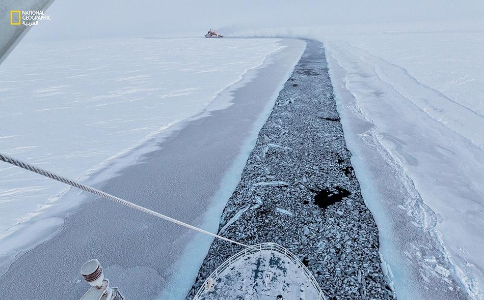 ظلت السفينة (Lance) تسير في عقب كاسحة جليد تابعة لخفر سواحل النرويج -والتي اتّبعت بدورها مساراً وسط الشروخ الجليدية- حتى وصلت إلى خط عرض 83 شمالًا. ولقد اضمحل الكثير من الجليد الدائم السميك للقطب الشمالي فاستحال أطوافاً جليدية أقل سُمكاً، تتشكل ولا...