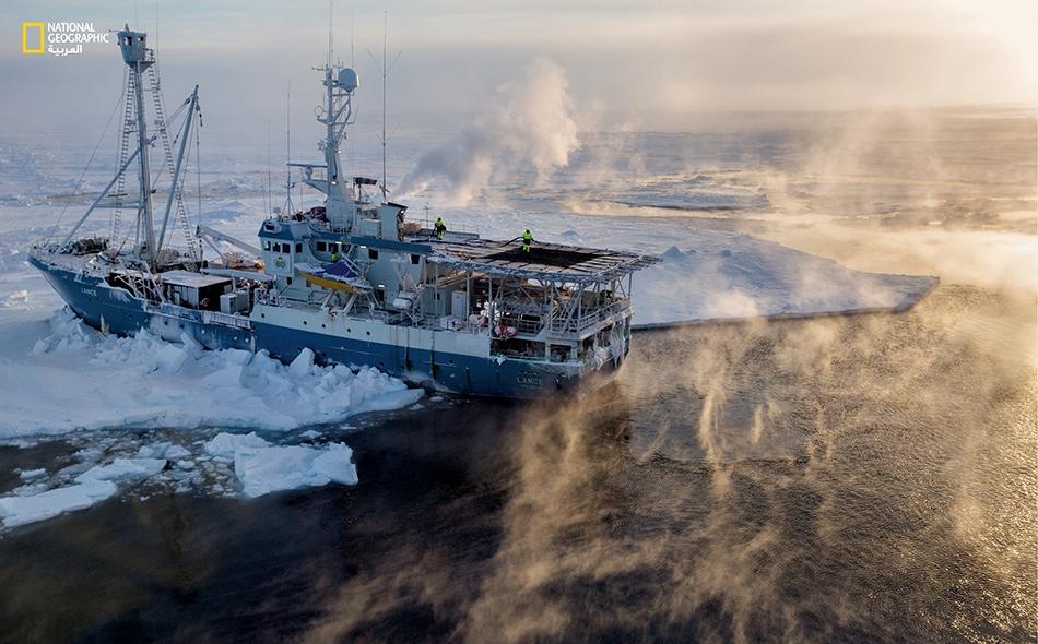"""في شرخ وسط الجليد خلف السفينة (Lance)، يلتقي بخار الماء والهواء المثلج ليتجمد الأول في شكل """"دخان بحري"""". عندما تحل المياه المعتمة الداكنة محل الجليد، يمتص المحيط القطبي مزيداً من الحرارة صيفاً، ومن ثم يطلق كماً أكبر منها خلال فصلَي الخريف والشتاء....."""