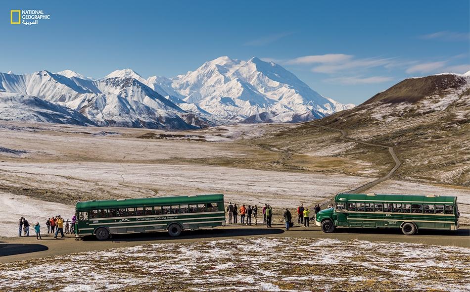 """معظم زوّار المنتزه يسافرون على الطريق باستعمال إحدى الحافلات العامة التابعة لـ""""إدارة المنتزهات الوطنية"""" الأميركية."""