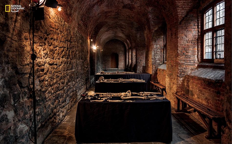 """القرن الرابع عشر هلك نصف عدد سكان لندن من جراء الطاعون ما بين عامي 1348 و1350 للميلاد. ومن الضحايا، هؤلاء الأفراد الذين استُخرجت هياكلهم بالقرب من """"ميدان تشارترهاوس""""."""