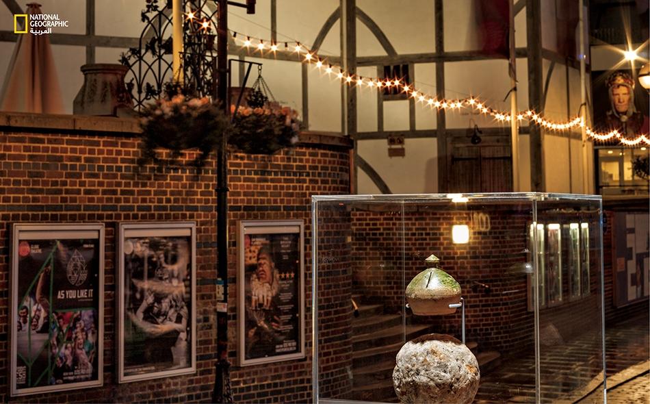 """حصّالة نقود فخارية وقذيفة مدفع عُثر عليها أثناء حفريات """"مسرح الورد"""" الذي يعود إلى عصر شكسبير. كانت القذيفة تُستخدم لإحداث صوت الرعد عند دحرجتها خلال العروض المسرحية. (متحف لندن)."""