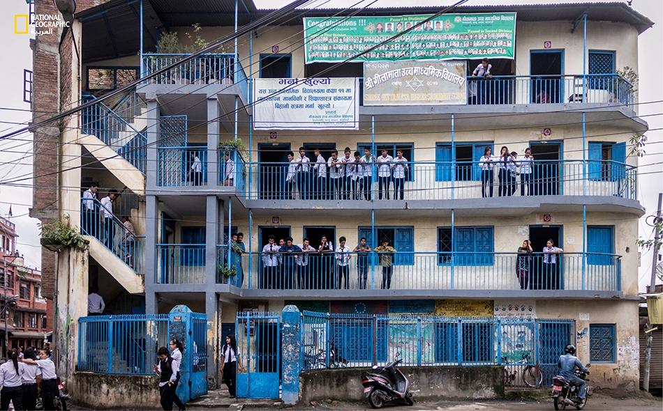 كل ذلك في سبيل الوصول إلى مدرستهم ذات الأدوار الأربعة واللونين الأزرق والأبيض.