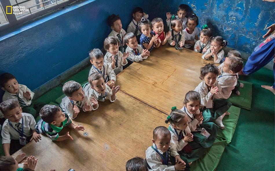 يخلع الطلاب أحذيتهم قبل دخول الفصل ويفترشون الأرض متحلّقين حول طاولتهم الكبيرة. يضم الفصل الواحد زهاء 26 تلميذاً يعتمدون في أغلب الأوقات على ضوء النهار نظراً للانقطاعات المستمرة للتيار الكهربائي.