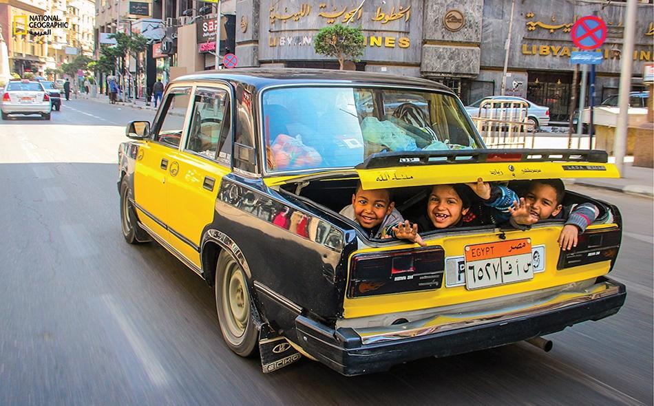 خلال توجهه إلى مقر عمله، فوجئ المصور علي زرعي بهذه الوجوه المبتسمة وهي تطل من الصندوق الخلفي لإحدى السيارات المتجهة إلى منطقة وسط القاهرة.