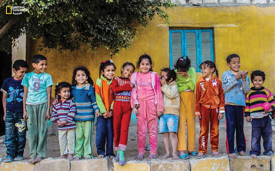 """اثنا عشرة ابتسامة تتحدث بلغة الألوان، يرسلها أطفال قرية """"الاعتزاز"""" بمحافظة المنيا."""