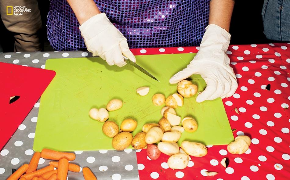 """في هذا المكان، سيقوم المتطوعون لدى منظمة الناشط ستيوارت -المُسماة """"Feedback"""" (فيدباك)- بتحويل تلك الخضراوات إلى وجبة لإطعام 6100 شخص. وقد أسهمت المنظمة المذكورة بتنظيم أكثر من 30 وليمة عامة حول العالم، من أجل إذكاء الوعي بالهدر الغذائي واستلهام حلول..."""