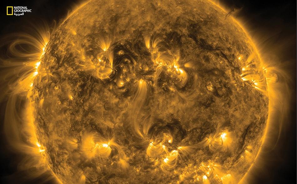 مشهد لشمسنا الواهبة للحياة وهي تنفث زفيراً من الكتلة الإهليلية. يقول بعض العلماء إن هذا النجم العملاق الملتهب، سيقضي على ما تبقى من كائنات حية على كوكبنا بعد نحو 2.8 مليار سنة.