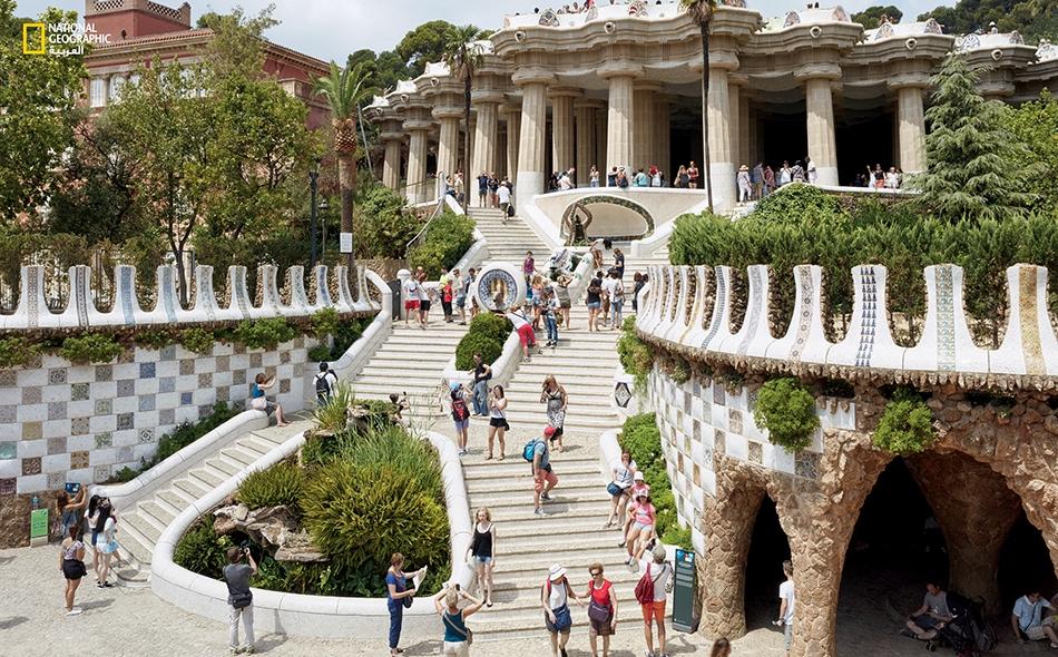 """منتزه """"بارك غويل"""" برشلونة، إسبانيا صمّمَ هذا المكانَ المهندسُ المعماري """"أنتونيو غاودي"""" ليكون حيّاً يقطنه أثرياء برشلونة، لكن المشروع السكني لم يكلّل بالنجاح تجارياً، فاشترت سلطات المدينة المنطقةَ السكنية وفتحتها للعامّة. على جانبي """"درج التنّين""""..."""