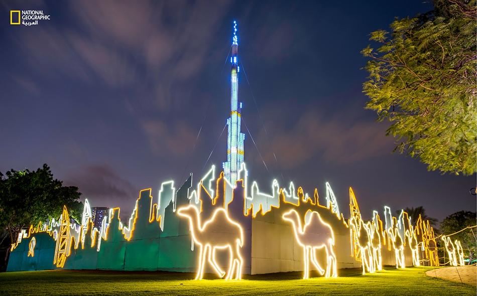 يطل مجسم برج خليفة ببهائه على الجزء الشرقي للمنتزه.