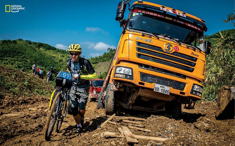 """بمقدور الدراجات عبور أراض وعرة، على خلاف الشاحنات. يقول هيميس: """"لم يواجهنا تحدي المسافة، بل تضاريس الأرض""""."""