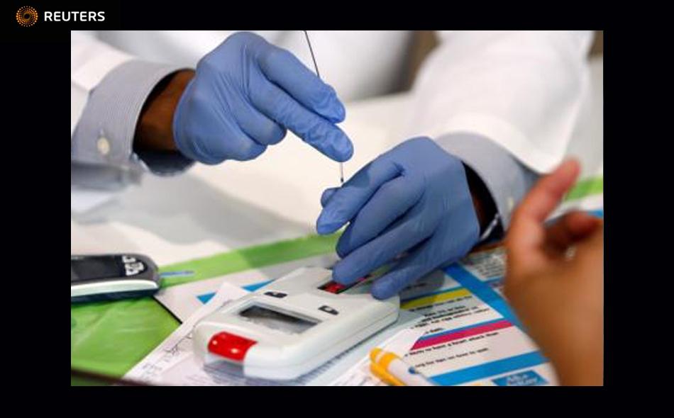 مساعد طبيب يستخدم جهازا لقياس مستوى الكوليسترول في تكساس. صورة من أرشيف رويترز