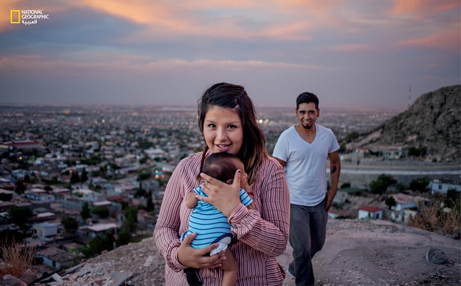 """يلتقط """"فوينتيس"""" و""""أوليسيس إسكوبيدو"""" صورة من فوق تل مشرف مع طفلهما """"إيروس""""."""