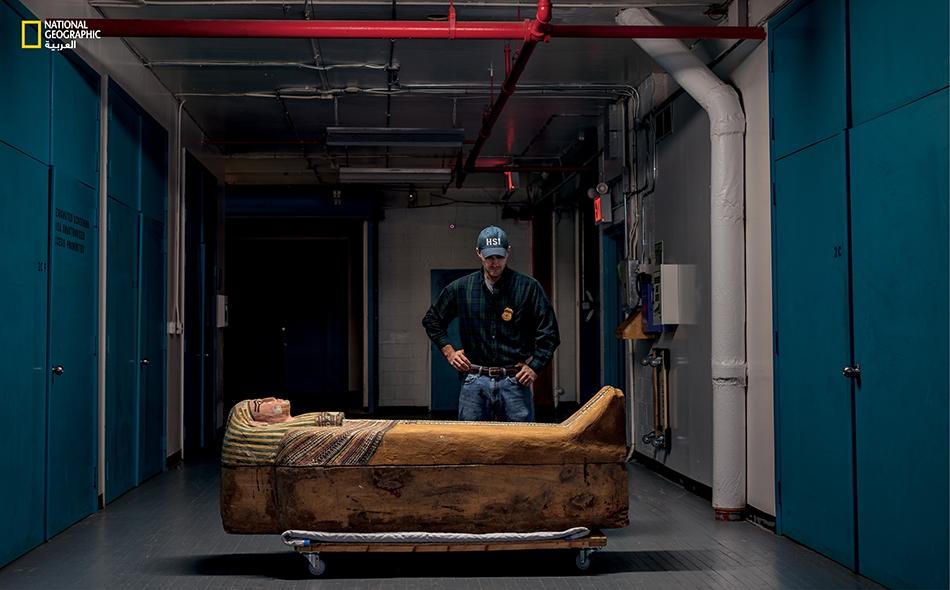 تابوت مصري في مستودع سري بنيويورك، كان عملاء فدراليون قد صادروه.