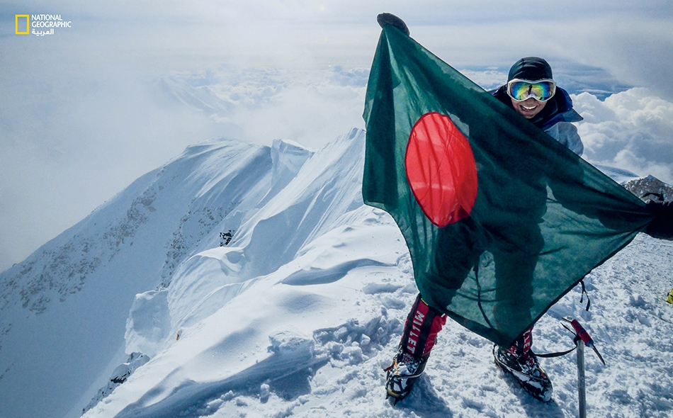 وصفية نازرين تحمل علم بنغلادش فوق جبل دينالي، الأعلى في أميركا الشمالية. ولقد تمكّنت هذه المرأة من تسلّق أعلى قمة لكل قارّة.