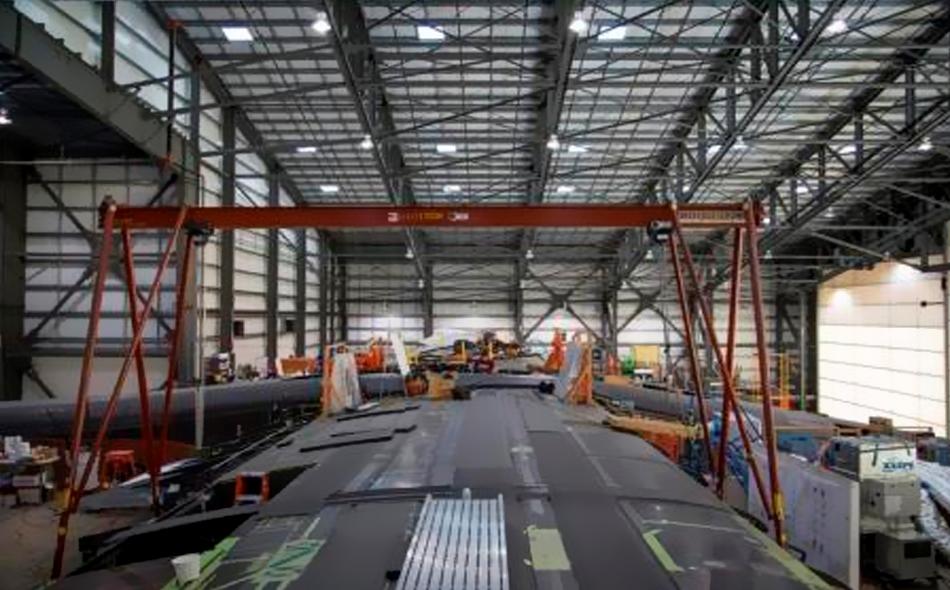 عملية تجميع أجزاء جناح لمركبة من انتاج شركة ستراتولانش التابعة لفولكان إيروسبيس في كاليفورنيا يوم الأحد.
