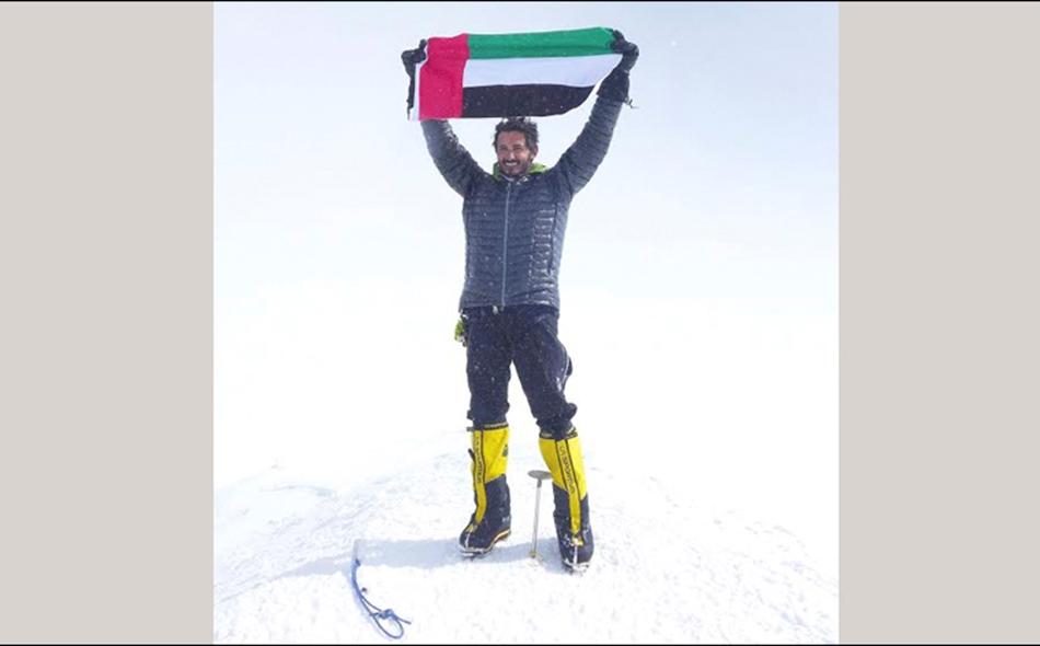 علم دولة الإمارات العربية المتحدة أعلى قمة دينالي.