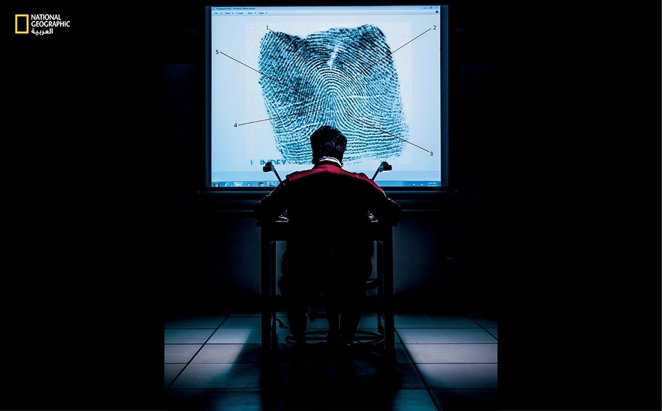 """نرى في الصورة """"سيلفيا بافينغستن ليستر"""" ذات التجربة الممتدة 45 سنة في مجال بصمات الأصابع. تقول إن على الخبراء دراسة البصمات المحصَّلة من جريمةٍ ما، قبل مقارنتها مع بصمات مشتبه به، إذ إن """"البداية تكون متحيزة عندما يبدأ المرء بالبصمة الجاهزة الكاملة""""."""