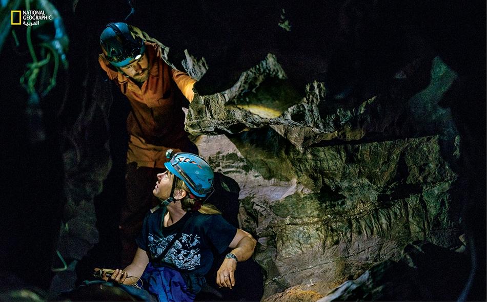 """مارينا إليوت تهبط في كهفٍ كان علماء الآثار قد اكتشفوا فيه """"هومو ناليدي""""، وهو نوع بشري لم يكن معروفاً من ذي قبل."""