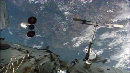 كبسولة شحن من طراز سيجنوس (إلى اليسار) تنطلق من محطة الفضاء الدولية في صورة التقطت من تلفزيون ناسا يوم الثلاثاء. صورة لرويترز.