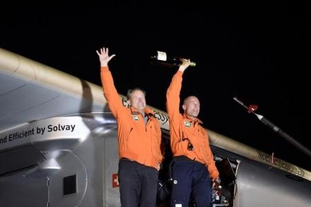 الطياران أندريه بورشبرج وزميله برتراند عقب هبوط الطائرة سولار امبلس-2 بمطار ليهاي فالي الدولي في بنسلفانيا يوم 25 مايو أيار 2016.