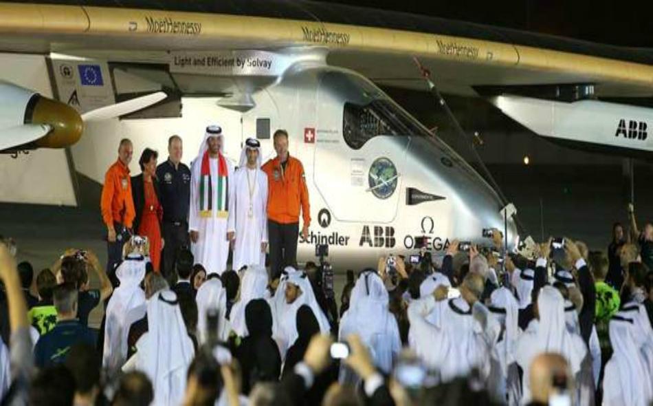 استقبال حاشد كان في انتظار الطائرة لدى هبوطها أمس في مطار البطين الخاص في أبوظبي. تصوير: إريك أرازاس