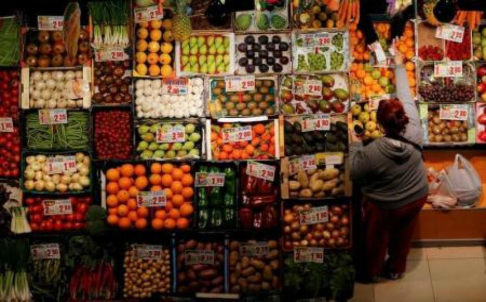 امرأة تشتري فاكهة وخضروات في سوق في أشبيلية بجنوب اسبانيا يوم 7 مارس اذار 2016.