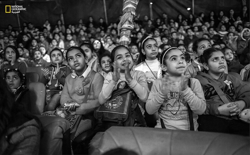 جمهرة من أطفال مدرسة حضروا خصيصاً لمشاهدة عرض السيرك الصباحي بأسعار تشجيعية.