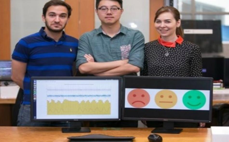 ثلاثة باحثين يشرحون طبيعة عمل جهاز رصد المشاعر الجديد.